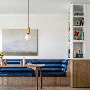 Esempio di una sala da pranzo chic con pareti bianche, pavimento in legno massello medio e pavimento marrone