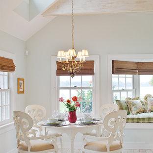 Réalisation d'une salle à manger tradition avec un mur gris, un sol blanc et un sol en bois peint.