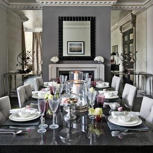 Стильный дизайн: столовая в стиле современная классика с серыми стенами и темным паркетным полом - последний тренд