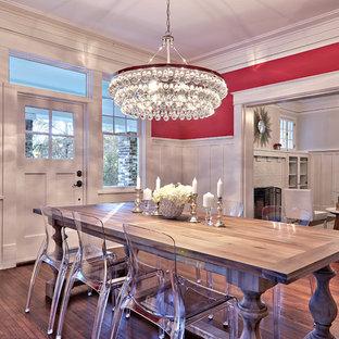 Diseño de comedor actual, abierto, con paredes rosas y suelo de madera oscura