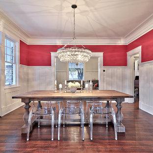 Réalisation d'une salle à manger design avec un mur rose et un sol en bois foncé.