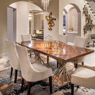 ヒューストンの広いモダンスタイルのおしゃれなLDK (ベージュの壁、磁器タイルの床、暖炉なし、ベージュの床) の写真