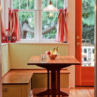 Modelo de comedor de estilo americano, de tamaño medio, con suelo de madera clara