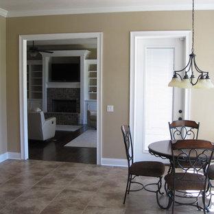 マイアミの大きいトラディショナルスタイルのおしゃれなダイニングキッチン (ベージュの壁、セラミックタイルの床、標準型暖炉、レンガの暖炉まわり) の写真