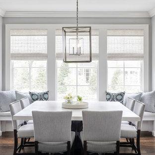 Esempio di una sala da pranzo aperta verso la cucina classica di medie dimensioni con pareti grigie, parquet scuro, pavimento marrone e nessun camino