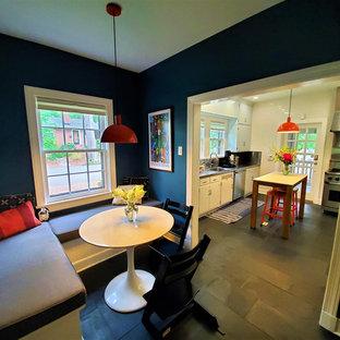 Diseño de comedor de cocina de estilo americano, pequeño, sin chimenea, con paredes azules, suelo de baldosas de cerámica y suelo gris