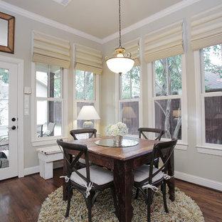 Cette photo montre une salle à manger éclectique avec un mur gris et un sol en bois foncé.
