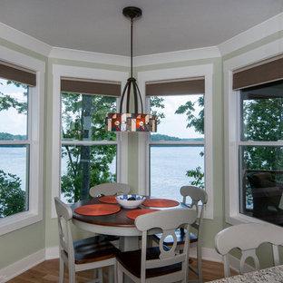 Imagen de comedor de cocina de estilo americano, pequeño, con paredes verdes y suelo de madera clara