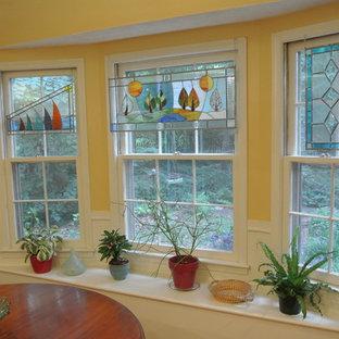 Пример оригинального дизайна: кухня-столовая среднего размера в стиле кантри с желтыми стенами, светлым паркетным полом и бежевым полом без камина