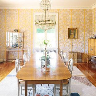 Ispirazione per una grande sala da pranzo tradizionale chiusa con pareti gialle, parquet chiaro e nessun camino