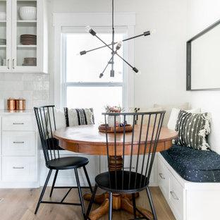 オースティンの中くらいのトランジショナルスタイルのおしゃれなダイニング (茶色い床、白い壁、無垢フローリング、朝食スペース) の写真