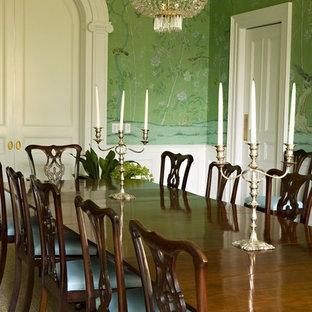 Immagine di una sala da pranzo tradizionale chiusa con pareti verdi
