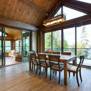 Immagine di una grande sala da pranzo aperta verso il soggiorno stile rurale con pareti beige, pavimento in linoleum e pavimento marrone