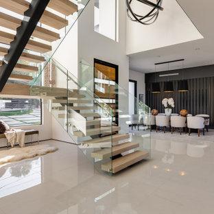Ispirazione per un'ampia sala da pranzo aperta verso il soggiorno design con pareti grigie, pavimento in gres porcellanato, nessun camino e pavimento bianco