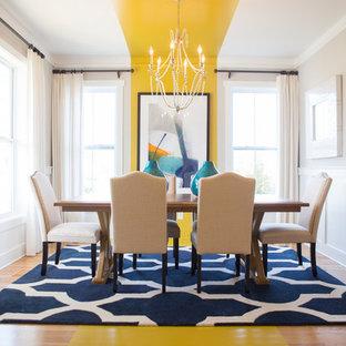 Inspiration pour une salle à manger ouverte sur le salon traditionnelle de taille moyenne avec un mur beige, un sol en bois clair, aucune cheminée et un sol jaune.