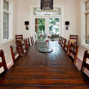 Ejemplo de comedor de cocina romántico, de tamaño medio, sin chimenea, con paredes beige, suelo de baldosas de porcelana y suelo blanco