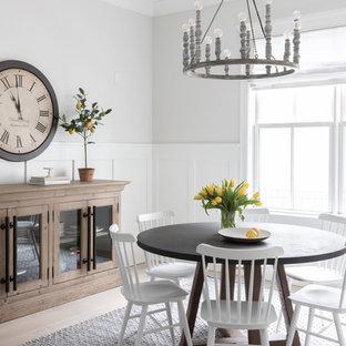 Idéer för stora lantliga separata matplatser, med grå väggar, ljust trägolv och beiget golv