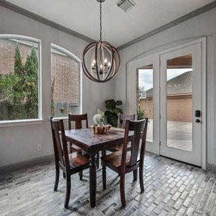 Imagen de comedor clásico renovado, de tamaño medio, abierto, sin chimenea, con paredes grises, suelo de ladrillo y suelo beige