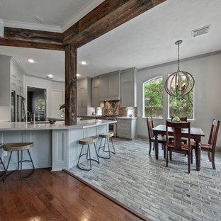 Foto de comedor tradicional renovado, de tamaño medio, abierto, sin chimenea, con paredes grises, suelo de ladrillo y suelo beige