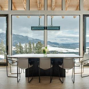 Imagen de comedor rústico, sin chimenea, con paredes blancas y suelo de madera clara