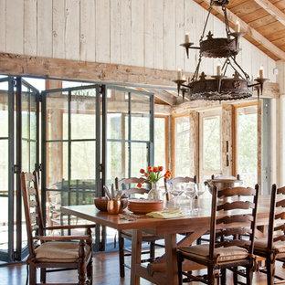 Inspiration pour une salle à manger chalet avec un sol en bois brun et un sol orange.