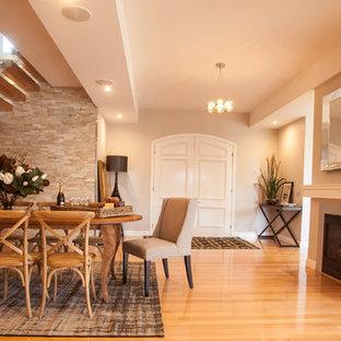 Esempio di una sala da pranzo contemporanea con pareti beige, pavimento in legno massello medio e camino classico