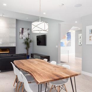 Esempio di una sala da pranzo aperta verso la cucina american style di medie dimensioni con pareti grigie, parquet chiaro, camino lineare Ribbon, cornice del camino piastrellata e pavimento beige