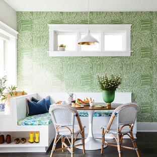 Esempio di una sala da pranzo aperta verso il soggiorno costiera con pavimento in ardesia e pavimento verde