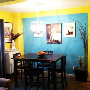 Ispirazione per una grande sala da pranzo aperta verso il soggiorno con pareti gialle, pavimento in compensato e pavimento turchese