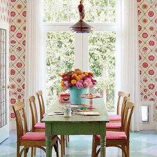 Immagine di una piccola sala da pranzo stile marino con pareti multicolore e pavimento in legno verniciato