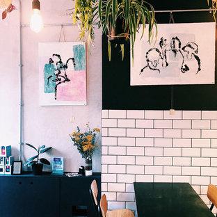 Immagine di una sala da pranzo aperta verso il soggiorno design di medie dimensioni con pareti beige, parquet scuro, nessun camino e pavimento blu