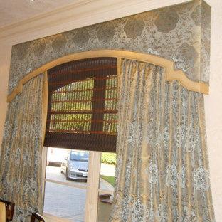 Immagine di una sala da pranzo aperta verso la cucina vittoriana di medie dimensioni con pareti beige e nessun camino