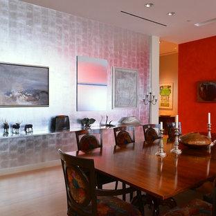 Imagen de comedor ecléctico, grande, abierto, con paredes metalizadas, suelo de madera clara y suelo beige