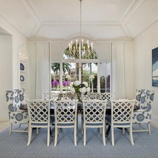 Immagine di una grande sala da pranzo tropicale chiusa con pareti bianche, nessun camino, pavimento beige e pavimento con piastrelle in ceramica