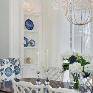 Foto di una grande sala da pranzo tropicale chiusa con pareti bianche, moquette e nessun camino