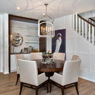 Пример оригинального дизайна: столовая в морском стиле с белыми стенами и светлым паркетным полом без камина