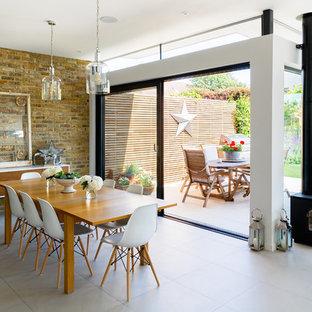 Идея дизайна: гостиная-столовая в современном стиле с белыми стенами и печью-буржуйкой