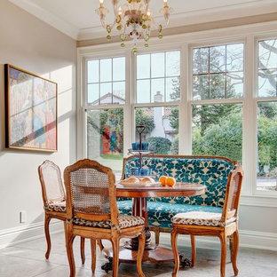 Kleine Klassische Wohnküche ohne Kamin mit beiger Wandfarbe und Porzellan-Bodenfliesen in Phoenix