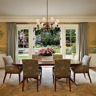На фото: столовая в классическом стиле с паркетным полом среднего тона с