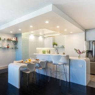 Diseño de comedor de cocina contemporáneo, pequeño, sin chimenea, con paredes grises y suelo de bambú