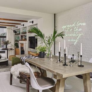 Foto på en eklektisk matplats med öppen planlösning, med vita väggar, målat trägolv och vitt golv