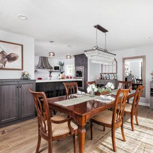 Imagen de comedor de estilo de casa de campo, sin chimenea, con paredes grises, suelo de baldosas de porcelana y suelo marrón