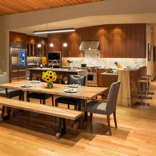 Свежая идея для дизайна: гостиная-столовая среднего размера в современном стиле с бежевыми стенами, паркетным полом среднего тона и коричневым полом без камина - отличное фото интерьера