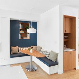 Идея дизайна: столовая в современном стиле с светлым паркетным полом, белыми стенами и бежевым полом