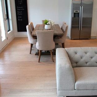 Diseño de comedor de cocina moderno, de tamaño medio, sin chimenea, con paredes blancas y suelo de madera clara