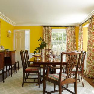 Ispirazione per una sala da pranzo tradizionale chiusa con pareti gialle, parquet scuro e nessun camino