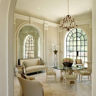 Ispirazione per una sala da pranzo vittoriana chiusa con pareti beige e pavimento in marmo
