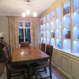 Ispirazione per una sala da pranzo aperta verso la cucina contemporanea di medie dimensioni con pavimento in laminato e pavimento marrone