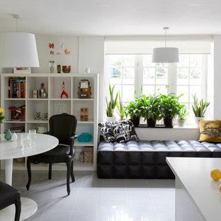 Foto de comedor de cocina ecléctico, de tamaño medio, con paredes amarillas y suelo gris