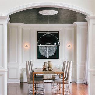 Свежая идея для дизайна: столовая в стиле неоклассика (современная классика) с паркетным полом среднего тона, оранжевым полом и бежевыми стенами - отличное фото интерьера